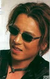 YOSHIKIって感じの写真。 サングラスの平行な感じもYOSHIKIらしい^ ^ 前髪どうやってセットするのかな^ ^